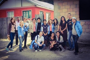Grup de ziariști în jurul pastorului Oprișan, la Boldești-Scăeni. FOTO: Răzvan Baciu