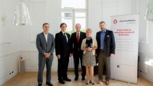 În echipa doctorului Bălăbică (primul de lângă panou) se regăsesc specialiști din mai multe țări și ramuri ale medicinei