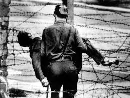 Cadavrul lui Peter Fechter, purtat pe brațe de un militar. FOTO: malditosiglo.wordpress.com