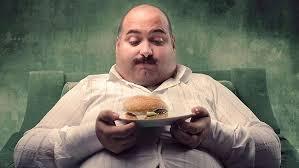 Cetățean cu mustață închindându-se unui burger primit,după toate aparențele, moca. FOTO: www.sanatosvoios.ro