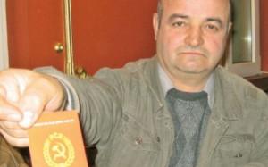 Dumitrică Stan prezentând cu mândrie carnetul de membru plin. FOTO: CRISTIAN DELCEA