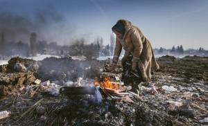 Iarna, femeia, focul și fierul care aduce hrană. Credit foto: Vlad Petri