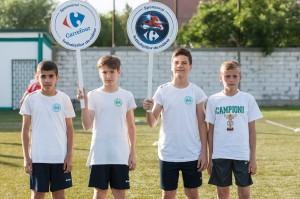 """Tinerii fotbaliști de la Concordia prezintă """"momentul sponsorului"""". Credit foto: Dragoș Toader"""